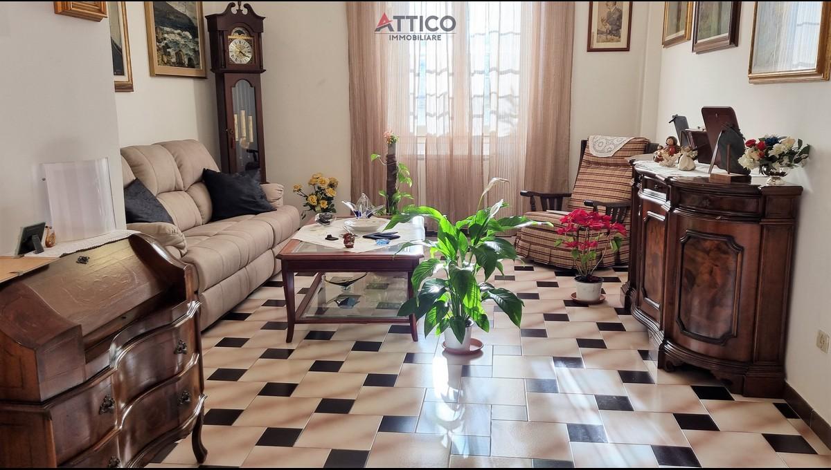 Ampio e soleggiato appartamento con tre letto, zona Luna e Sole, Via Gramsci, 16 Sassari, Sardegna.