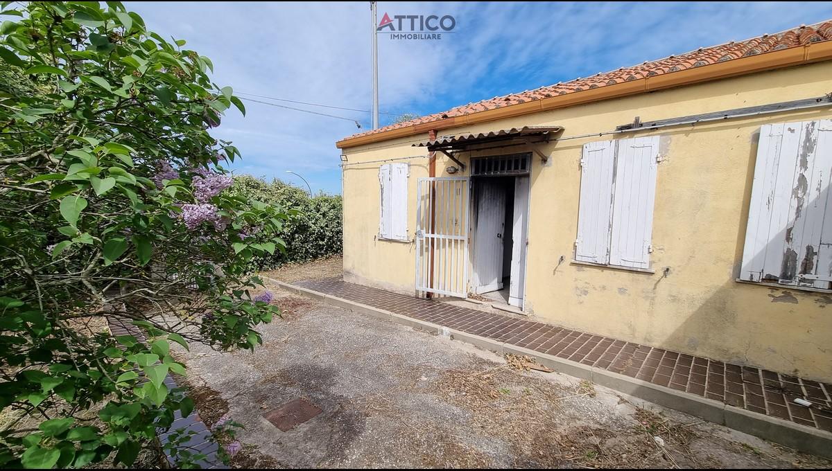 Casa indipendente da ristrutturare con giardino nei pressi del Centro Commerciale Tanit, Via Caniga 15, Sassari, Sardegna.